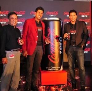 Caption-Mr.Sumanta Datta, VP, Operations, Coca-Cola India, Mr.Damodar Mall, CEO, Reliance, Mr.Rohan Bopanna,  Mr.Mahesh Bhupathi Tennis stars and Mr. T. Krishnakumar, CEO, Hindustan Coca-Cola Beverages Pvt Ltd