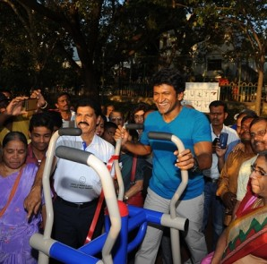Actor Puneet Rajkumar using Koochie's equipment at the launch of Sankey Park Outdoor Gym - Bangalore's first internationally-certified outdoor gym (1)