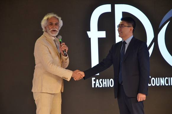 Sunil Sethi, President FDCI andPeter  Zhai, President, Huawei India Consumer business Group announcing Huawei P9 as  the official  cameraphone for the upcoming edition of AmazonIndia