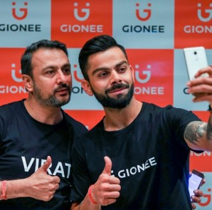 Arvind.R Vohra, Country CEO & MD, Gionee India along with Gionee's new brand ambassador Indin captain Virat Kohli for a photo op.