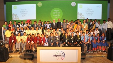 Winning school students at earthian awards 2017 with Azim Premji