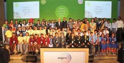 Winning school students at earthian awards 2017 with Azim Premji